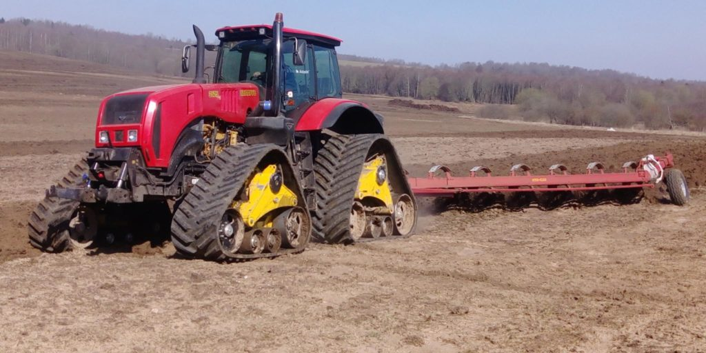 Belarus-3525 gumihevederes traktor