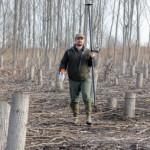 Mészáros Gergely erdész a károkat méri fel a Tiszabő határában elterülő erdőben. A letarolt fáknak csak a tuskói maradtak. Fotó: Mészáros János