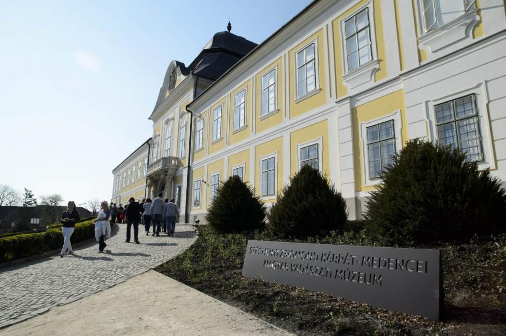 Átadták a felújított hatvani Grassalkovich-kastélyt
