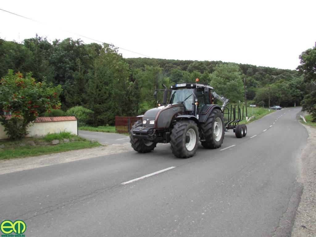 Kökény Soma képe - Valtra erdészeti traktor Kesla rönkszállítóval
