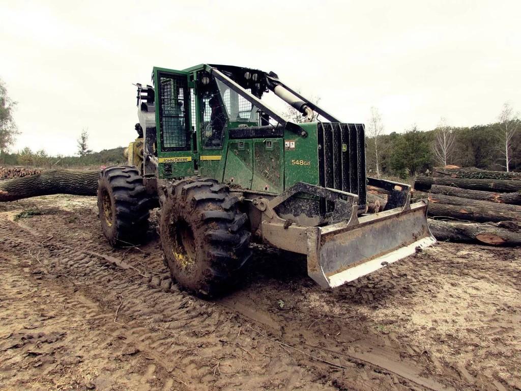 Ez a John Deere erdészeti vonszoló a beragadást megúszta, de a mosás indokolt lesz. Kökény Soma képe