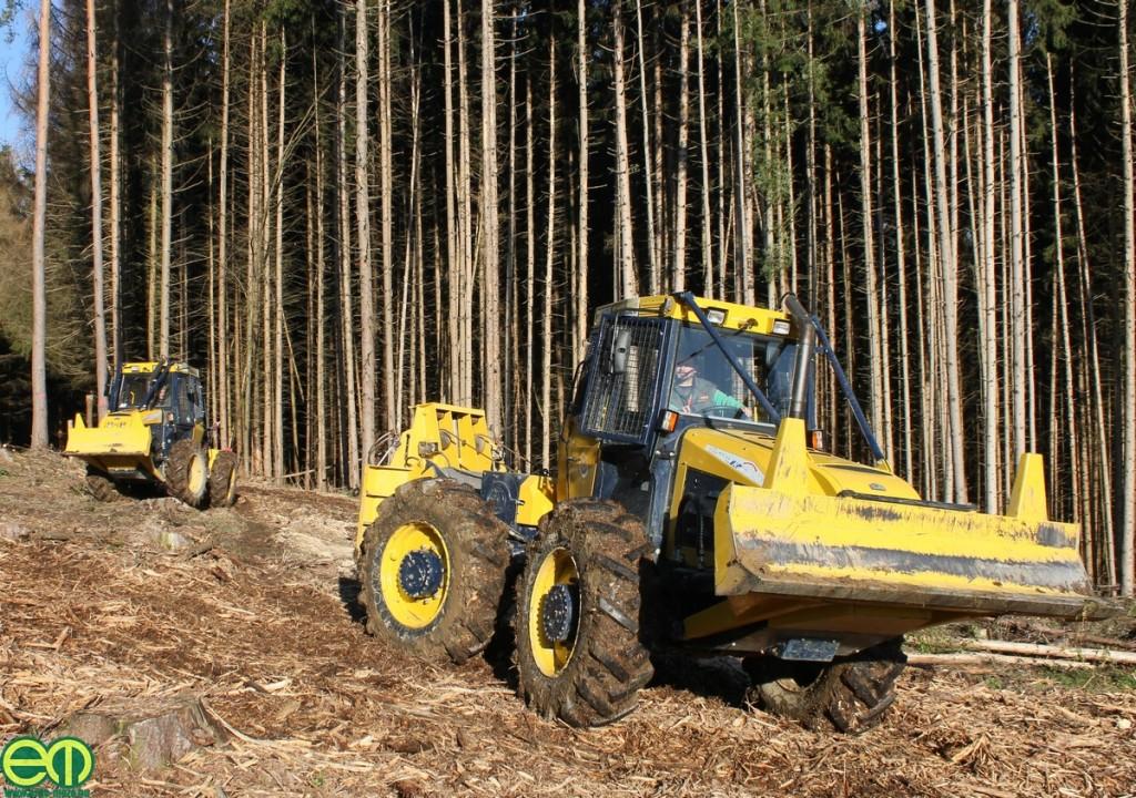 Hittner EcoTrac 120 és mögötte a Hittner EcoTrac 55 erdészeti közelítő