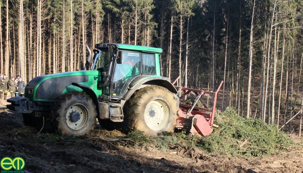 T-szériás Valtra erdészeti traktor és AHWI FM 500 vágástakarító