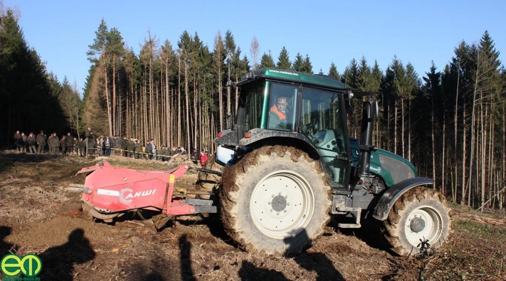Valtra A 93 erdészeti traktor és AHWI KSH 700 pásztakészítő