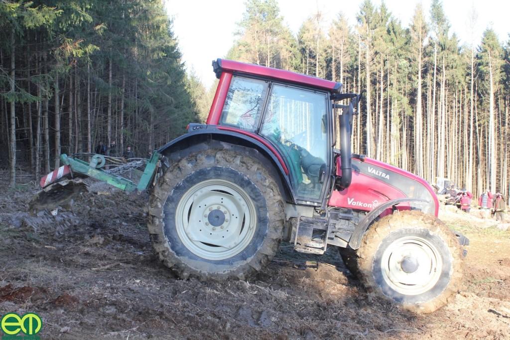 N-szériás Valtra erdészeti traktor és TPF-1 pásztakészítő tárcsa