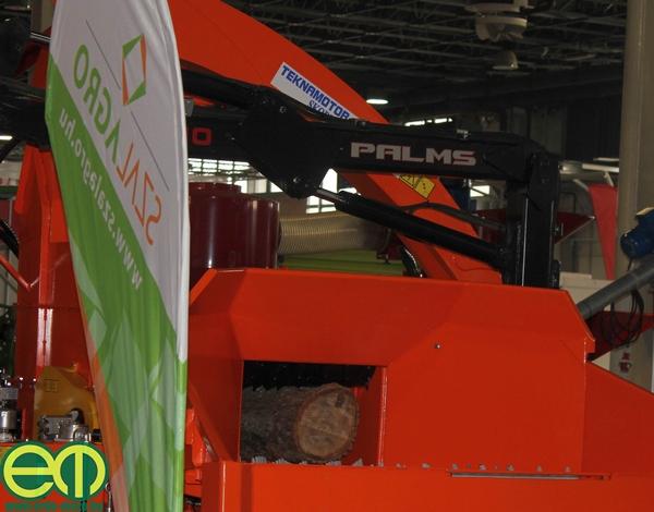 A tavalyi díjazott aprítógép is a helyén áll a Szal-Agro Kft. kiállítási területén