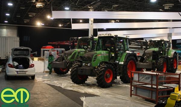 Fóliák és dobozok között a Fendt traktorok az Axiál Kft. pavilonjában