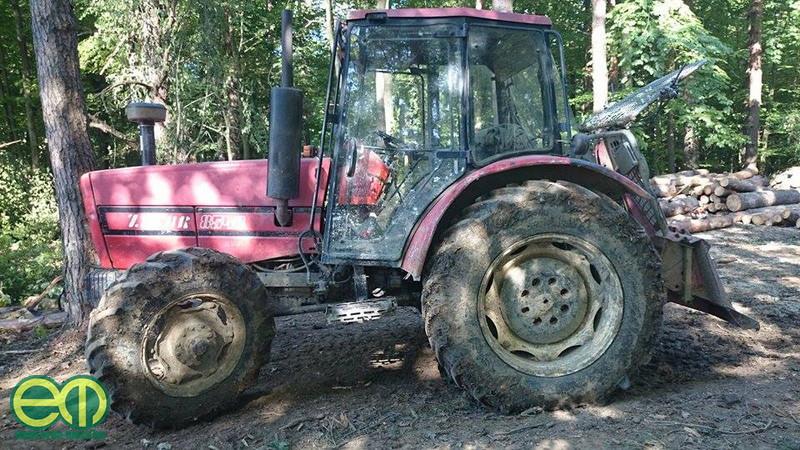 Kámán László traktorával az erdőn is dolgozik