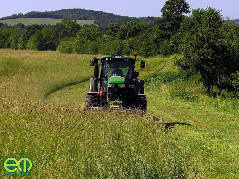Kaszálás John Deere traktorral - Kökény Soma fotója