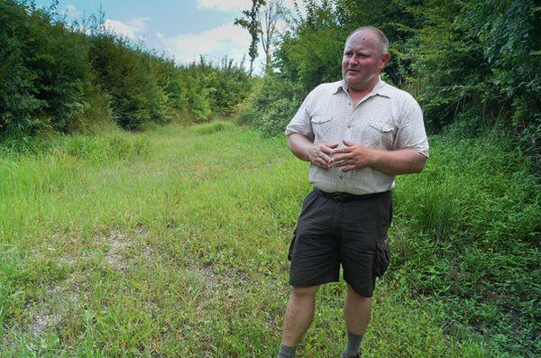 Primusa József kerületvezető erdész a Kerka-patak régi medrében beszélt az erdőket érintően aklímaváltozásról