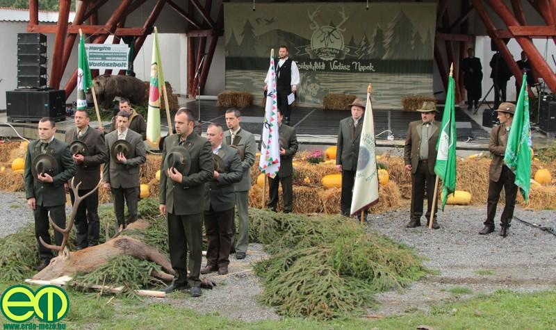A vadászkürtösök után a környékbeli vadászegyesületek zászlajai valamint egy elejtett szarvasbika került a színpad előtti terítékre.