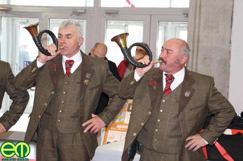 Az albertirsai Pipacs Vadászkürt Egyesület két tagja