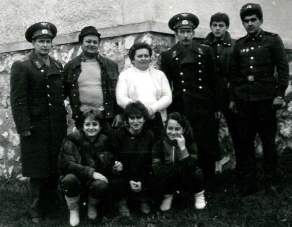 Palkovics Antal családjánál `látogatóban´ a szovjet katonai ügyészség. A találkozó légköre barátságos volt - kép: Magyar Repüléstörténeti Társaság évkönyve (2010)