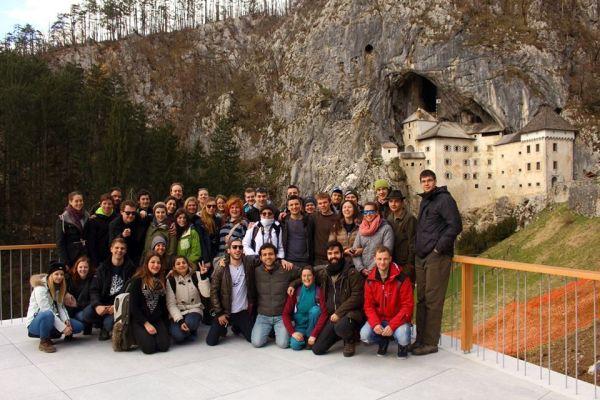 A Winter Meeting résztvevők Predjama váránál