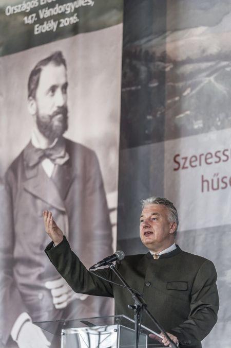 Semjén Zsolt nemzetpolitikáért felelős miniszterelnök-helyettes beszédet mond a 150 éves Országos Erdészeti Egyesület sepsikőröspataki vándorgyűlésén Erdélyben 2016. június 23-án. MTI Fotó: Veres Nándor