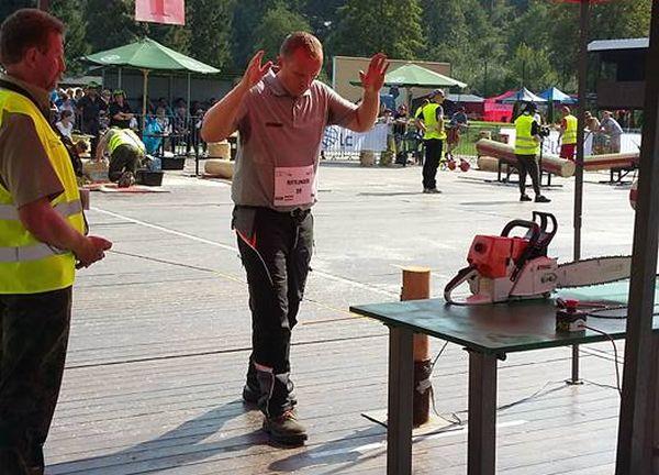 Rittlinger Róbert kombinált darabolás közben - Fotó: Gerőcsné Dudás Judit, Fakitermelési Munkakultúra Alapítvány