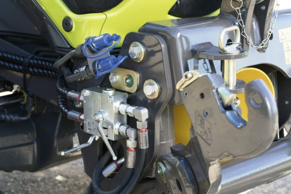 Kiegészítő hidraulkacsatlakozók a CLAAS NEXOS traktoron
