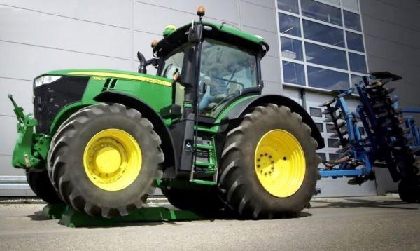 A vezető EZ BALLAST tömbsúly fölé irányítja a traktort