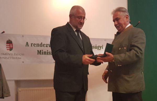 Mocz András emlékplakettel köszönte meg Szalay Károly erdőtörvény-módosításrt végzett munkáját