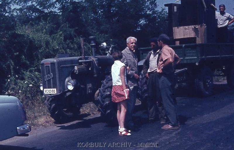 Korbuly János és unokája, háttérben UE-28 traktor