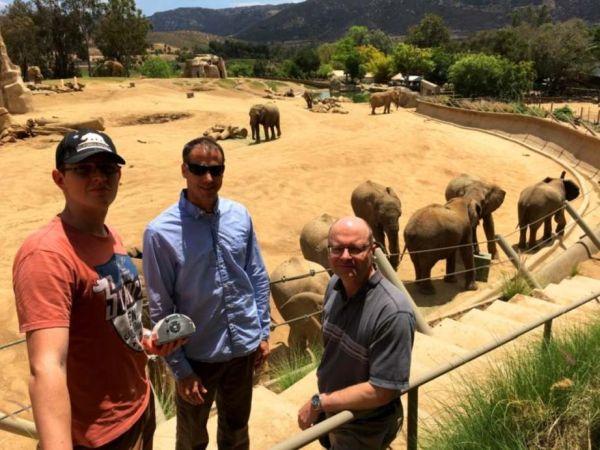 Kalmár György (balról) az SZTE kutatója, George Wittemyer elefántszakértő és Lédeczi Ákos, a Vanderbilt Egyetem professzora a San Diego-i állatkertben tesztelte a találmányt. Fotó: Lédeczi Ákos