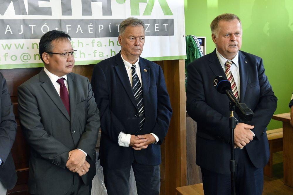 Budapest, 2021. augusztus 24. Kovács Pál, a paksi atomerõmû kapacitásának fenntartásáért felelõs államtitkár (j) beszél, mellette Batbayar Zeneemyadar (Batbajar Zenimjadar), Mongólia nagykövete (b) és Steier József, a Sunwo Zrt. alapítója (k) a smaragdfa felhasználási lehetõségeirõl tartott sajtótájékoztatón a smargdfa hibrid nemesítõje, a Németh-fa Kft. bemutatótermében 2021. augusztus 24-én, az elsõ Smaragdfa Fenntarthatósági Napon. MTI/Máthé Zoltán